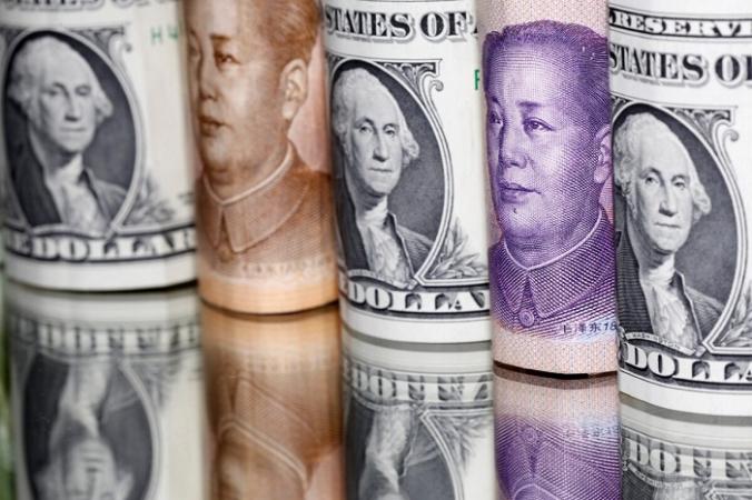 Банкноты китайского юаня и доллара США 10 февраля 2020 года. (Dado Ruvic/Illustration/Reuters) | Epoch Times Россия