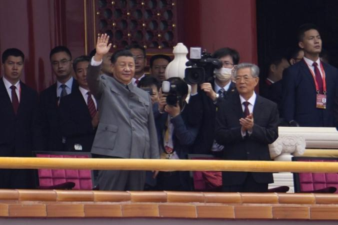 Китайский лидер Си Цзиньпин машет рукой во время церемонии празднования 100-летия основания Коммунистической партии Китая у ворот Тяньаньмэнь в Пекине 1 июля 2021 года (Нг Хан Гуань / AP Photo) | Epoch Times Россия