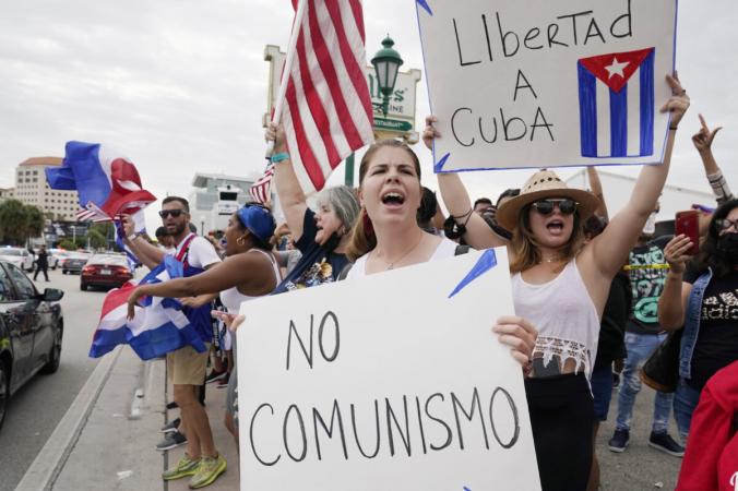 Кубинские изгнанники митингуют в ресторане «Версаль» в районе Маленькой Гаваны Майами в поддержку протестующих на Кубе, в Майами, штат Флорида, 12 июля 2021 года. Marta Lavandier/AP Photo | Epoch Times Россия