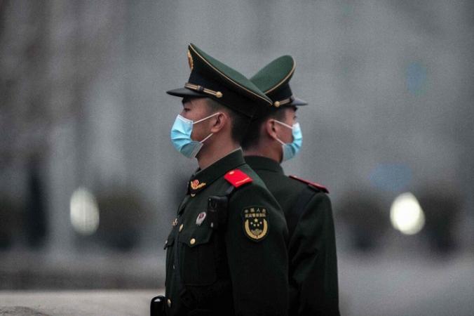 Китайские солдаты стоят на страже возле площади Тяньаньмэнь в Пекине 5 марта 2021 г. (Nicolas Asfouri/AFP via Getty Images) | Epoch Times Россия