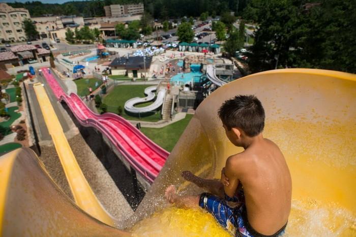 Мальчик готовится кспуску сгорки ваквапарке Chula Vista. (Предоставлено Бюро потуризму иконгрессам штата Висконсин Деллс)