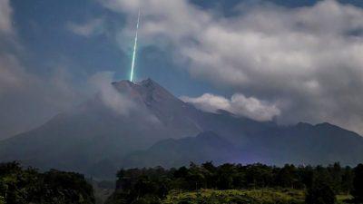 Индонезия: метеор падает в кратер вулкана