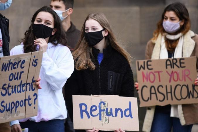 Студенты Эдинбургского университета протестуют против ложного обещания «гибридного обучения» новым и вернувшимся студентам в Эдинбурге, Шотландия, 24 октября 2020 г. (Jeff J Mitchell / Getty Images) | Epoch Times Россия