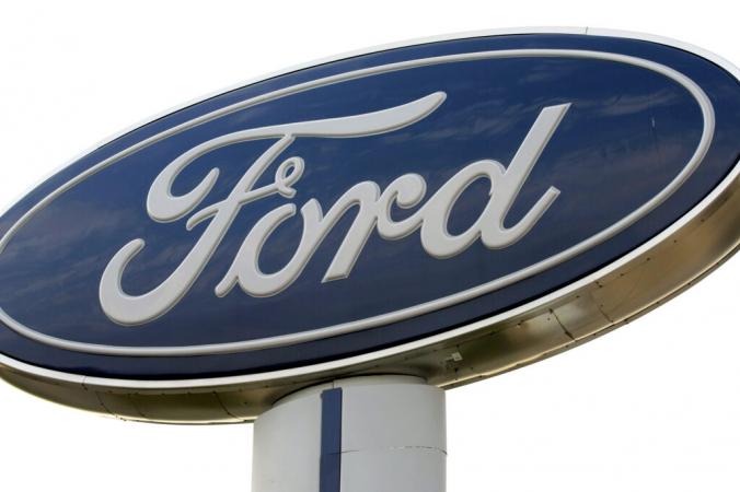 Вывеска Ford Motor Company у дилерского центра Ford в Трое, штат Мичиган, 3 ноября 2008 г. (Bill Pugliano / Getty Images) | Epoch Times Россия