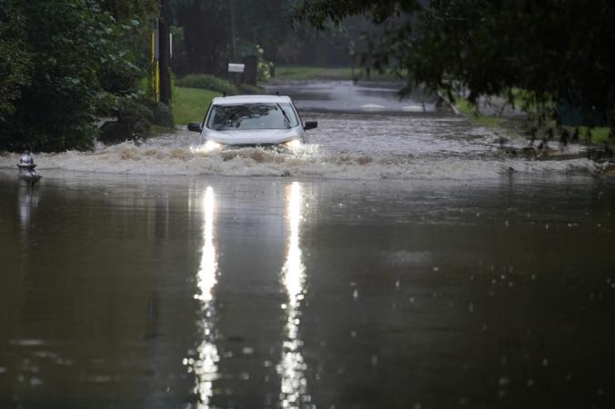 Автомобиль пытается проехать через паводковые воды возле Пичтри-Крик недалеко от Атланты, штат Джорджия, 17 августа 2021 г. (Brynn Anderson / AP Photo) | Epoch Times Россия