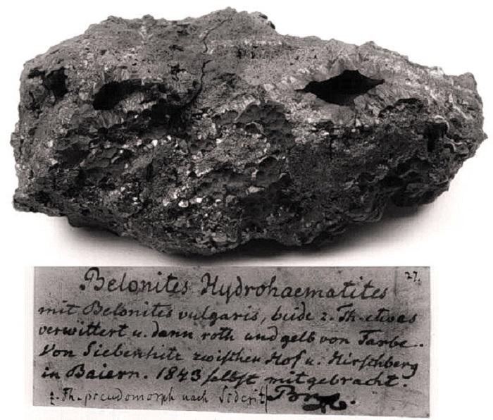 Образец гидрогематита, обнаруженный немецким минералогом Августом Брайтгауптом в 1843 году, с оригинальной этикеткой. (Изображение: АНДРЕАС МАССАНЕК, TU BERGAKADEMIE, ФРАЙБЕРГ, ГЕРМАНИЯ)