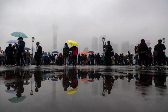 Туристы смотрят на панораму Шанхая в финансовом районе Луцзяцзуй в Пудуне, Китай, 22 октября 2018 г. (Johannes Eisele / AFP via Getty Images) | Epoch Times Россия