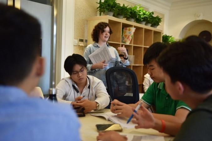 Консультант колледжа беседует со студентами во время занятий в Elite Scholars China (ESC), где студенты могут получить рекомендации, наставничество и советы по лучшим курсам, отвечающим их интересам и навыкам, в Пекине, Китай, 19 июля 2019 г. (GREG BAKER/AFP /Getty Images) | Epoch Times Россия