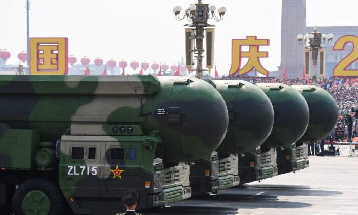 Китайские межконтинентальные баллистические ракеты с ядерным зарядом DF-41 видны во время военного парада на площади Тяньаньмэнь в Пекине, Китай, 1 октября 2019 г. (Грег Бейкер / AFP через Getty Images)   Epoch Times Россия