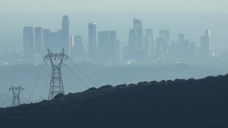 Здания в центре Лос-Анджелеса, если смотреть из Пасадены, штат Калифорния, покрыты дымкой 5 ноября 2019 года во второй половине дня. (Mario Tama / Getty Images)    Epoch Times Россия