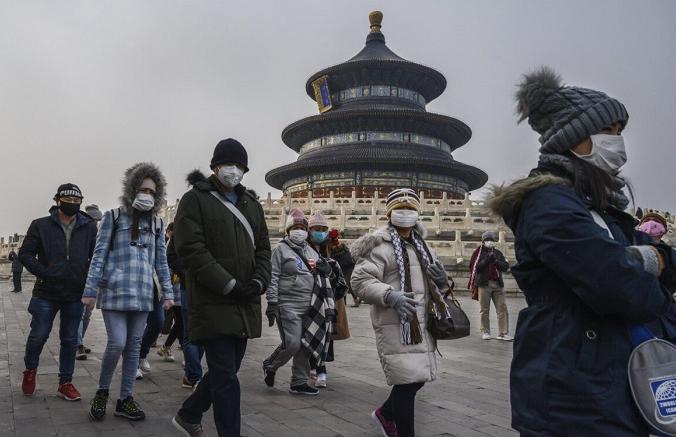 Туристы в защитных масках совершают экскурсиюпо территории Храма Неба в Пекине, Китай, 27 января 2020 г. (Кевин Фрайер / Getty Images) | Epoch Times Россия