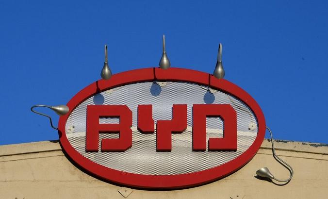 Логотип BYD изображён на вершине офиса компании в Лос-Анджелесе, Калифорния, 13 мая 2020 года. (FREDERIC J. BROWN/AFP via Getty Images) | Epoch Times Россия