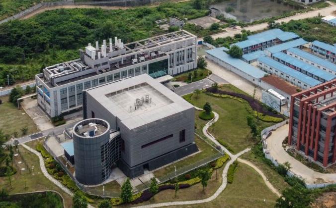 Лаборатория P4 (слева) в кампусе Института вирусологии Уханя, Китай, 27 мая 2020 года (Hector Retamal/AFP via Getty Images)   Epoch Times Россия