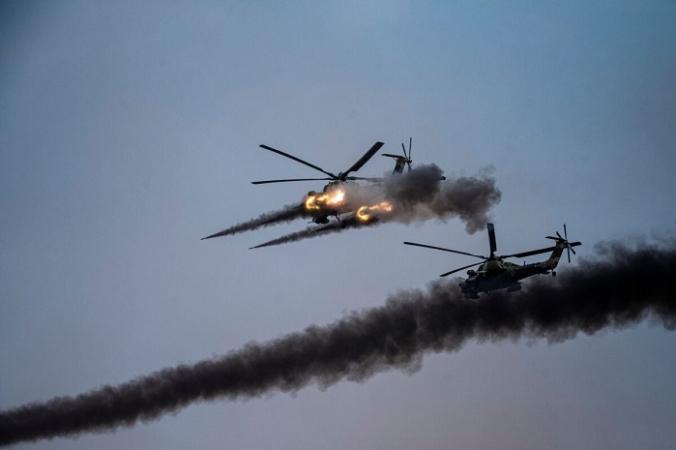 Российские вертолёты запускают ракеты во время совместных военных учений с участием Китая, России и других стран на полигоне Капустин Яр в Астраханской области на юге России, 25 сентября 2020 г. (DIMITAR DILKOFF/AFP via Getty Images)   Epoch Times Россия