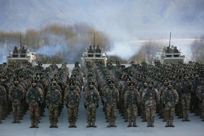 На этой фотографии, сделанной 4 января 2021 года, показаны солдаты Народно-освободительной армии Китая (НОАК), собравшиеся во время военной подготовки в горах Памира в Кашгаре, Синьцзян, северо-западный регион Китая. STR/AFP via Getty Images | Epoch Times Россия