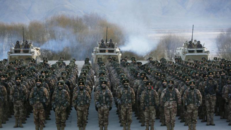 Солдаты Народно-освободительной армии Китая (НОАК) выстроились на военных учениях в горах Памира в Кашгаре, Китай, 4 января 2021 г. (STR / AFP через Getty Images) | Epoch Times Россия