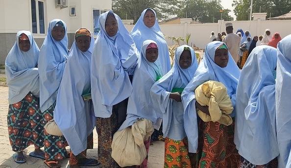 Захваченные девочки готовятся к встрече с родными семьями. Photo Aminu ABUBAKAR / AFP via Getty Images.