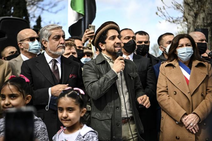 Ахмад Масуд (в центре), сын покойного афганского полководца Ахмад Шаха Масуда, в окружении мэра Парижа Анн Идальго (справа) и председателя Высшего совета Афганистана по национальному примирению Абдуллы Абдуллы (слева) обращается к сторонникам в Париже 27 марта 2021 г. CHRISTOPHE ARCHAMBAULT/POOL/AFP via Getty Images   Epoch Times Россия
