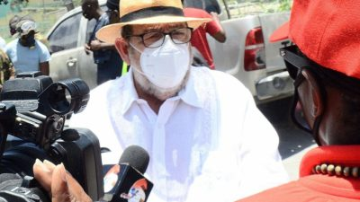 Премьер-министра Сент-Винсента и Гренадин ранили в голову на митинге против вакцинации