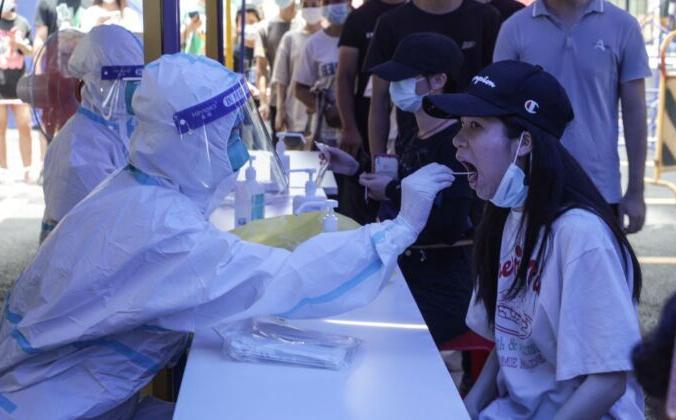Женщина проходит тест на нуклеиновую кислоту на вирус COVID-19 в Гуанчжоу, Китай, 30 мая 2021 г. (AFP via Getty Images)   Epoch Times Россия
