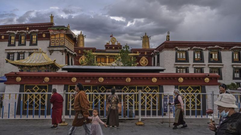 Тибетские буддисты идут перед храмом Джокан (объект наследия ЮНЕСКО, 1 июня 2021 год, Лхаса, Тибетский автономный район, Китай). Ограничения на поездки для иностранных туристов были недавно ослаблены, чтобы увеличить приток посетителей в Тибет. Китайский режим стремится к 2025 году ежегодно принимать 61 миллион человек, что более чем в 15 раз превышает число жителей Тибета. (Kevin Frayer/Getty Images)  | Epoch Times Россия