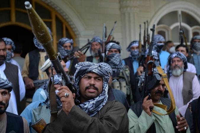 Афганские ополченцы собрались со своим оружием, чтобы поддержать силы безопасности Афганистана против «Талибана», в доме афганского военачальника и бывшего лидера моджахедов Исмаила Хана в Герате, Афганистан, 9 июля 2021 г. (Hoshang Hashimi/AFP via Getty Images)   Epoch Times Россия