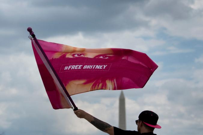 Мужчина машет флагом «Свободная Бритни» во время митинга перед мемориалом Линкольна, протестующего против опекунства Бритни Спирс 14 июля 2021 года, в Вашингтоне, округ Колумбия. Мужчина машет флагом «Свободная Бритни» во время митинга перед мемориалом Линкольна, протестующего против опекунства Бритни Спирс 14 июля 2021 года, в Вашингтоне, округ Колумбия. | Epoch Times Россия