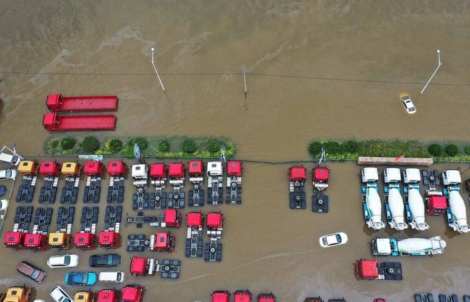 На этом аэрофотоснимке, сделанном 23 июля 2021 года, видны затопленные автомобили после проливных дождей в Синьсяне, в центральной провинции Китая Хэнань. (AFP via Getty Images) | Epoch Times Россия