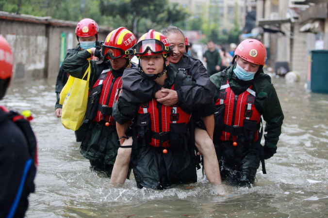 Эвакуация жителей в восточной провинции Китая Цзянсу, 28 июля 2021 года. Фото:  STR/AFP via Getty Images | Epoch Times Россия
