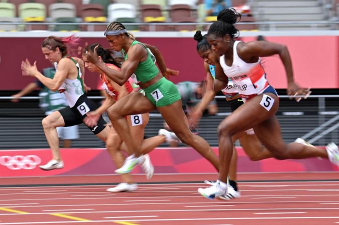 Кристина Тимановская из Белоруссии (слева) соревнуется в забеге на 100 метров среди женщин во время Олимпийских игр – 2020, Токио, 30 июля 2021 года. ANDREJ ISAKOVIC/AFP via Getty Images   Epoch Times Россия