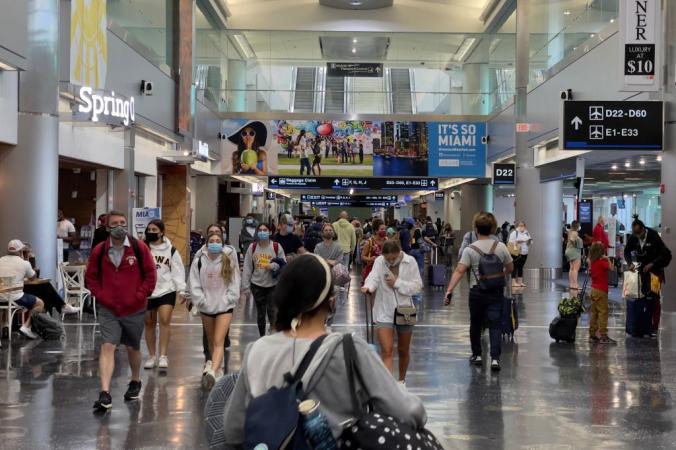 Пассажиры в международном аэропорту Майами 1 августа 2021 г. в Майами, штат Флорида (ДЭНИЕЛ СЛИМ / AFP/Getty Images) | Epoch Times Россия