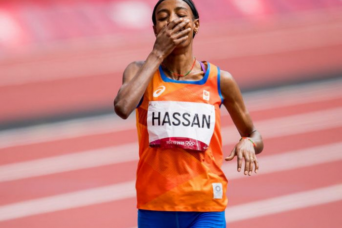 Легкоатлетка из Нидерландов Сифан Хассан после забега на 1500 м на Олимпиаде в Токио, 2 августа 2021 года. Фото:  JASPER JACOBS/BELGA MAG/AFP via Getty Images   Epoch Times Россия