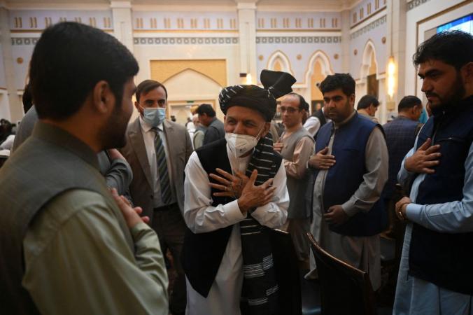 Президент Афганистана Ашраф Гани (в центре) приветствует людей перед выступлением на мероприятии в президентском дворце Афганистана в Кабуле 4 августа 2021 г. SAJJAD HUSSAIN/AFP via Getty Images | Epoch Times Россия