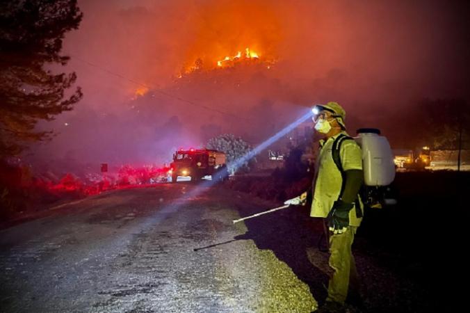 Пожарные при содействии местных волонтёров сражаются с огнём, в Орене, вблизи курортного селения Мугла, 6 августа 2022 года. Photo by SERDAR GURBUZ/AFP via Getty Images. | Epoch Times Россия