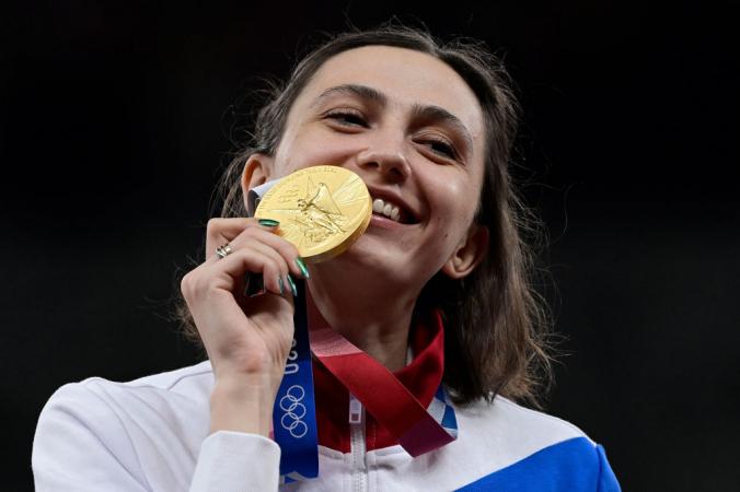 Золотая медалистка Мария Ласицкене празднует победу в прыжках в высоту на Олимпийских играх-2020, Токио 7 августа 2021 года. JAVIER SORIANO/AFP via Getty Images   Epoch Times Россия