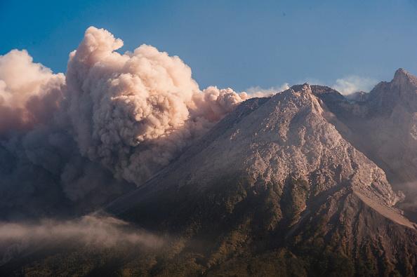 Гора Мерапи, самый активный индонезийский вулкан, выбрасывает вулканический пепел и лаву от Слемана до Йогуакарта 11 августа 2021 года. Photo de Daffa Ramya Kanzuddin / AFP via Getty Images   Epoch Times Россия