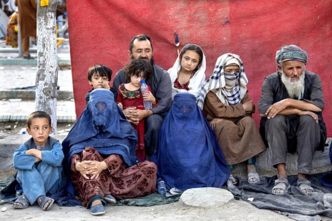 Афганская семья в импровизированном лагере в Кабуле 12 августа 2021 г. (Paula Bronstein/Getty Images) | Epoch Times Россия