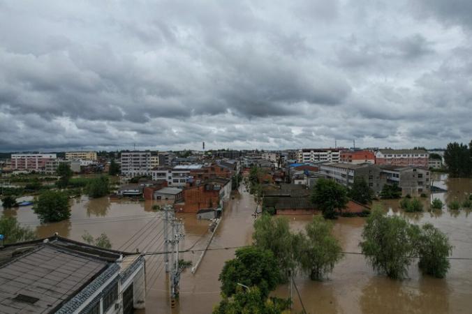 Затопленные улицы после проливных дождей в Суйчжоу, центральная китайская провинция Хубэй, 12 августа 2021 г. (STR/CNS/AFP via Getty Images) | Epoch Times Россия