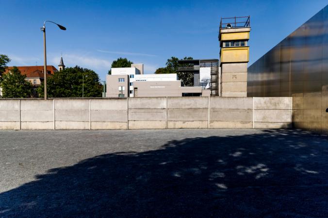 Часть бывшей Берлинской стены, которая теперь является мемориалом на Бернауэр-штрассе в Берлине, 13 августа 2021 года , Германия. Photo by Carsten Koall/Getty Images   Epoch Times Россия