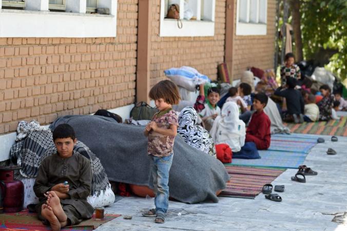 Афганские семьи, бежавшие из северной провинции из-за наступления талибов, сидят во дворе мечети Вазир Акбар Хан в Кабуле. Photo by WAKIL KOHSAR/AFP via Getty Images)   Epoch Times Россия