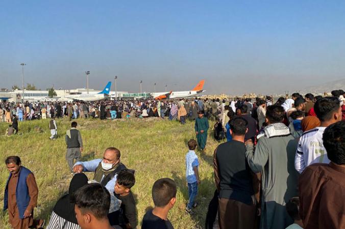 Афганцы толпятся в аэропорту, ожидая вылета из Кабула 16 августа 2021 года. SHAKIB RAHMANI/AFP via Getty Images | Epoch Times Россия
