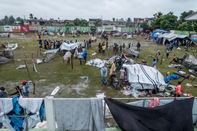 Люди, чьи дома были разрушены во время землетрясения, создают укрытия. Многие гаитяне провели ночь на улице во время тропического шторма «Грейс» недалеко от Ле-Ке, Гаити, 17 августа 2021 года. REGINALD LOUISSAINT JR/AFP via Getty Images | Epoch Times Россия