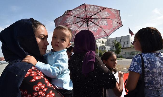 Афганцы, бежавшие из Афганистана в 1996 году, на митинге перед посольством США в Бишкеке, Кыргызстан, 19 августа 2021 года. (Vyacheslav Oseledko/AFP)   Epoch Times Россия