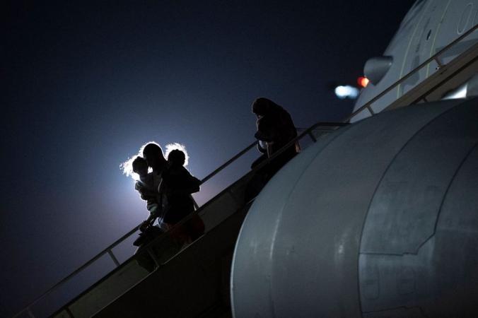 Пассажиры, эвакуированные из Афганистана, выходят из самолёта Airbus KC2 Voyager британских ВВС (RAF) после приземления на станции RAF Brize Norton на юге Англии 24 августа 2021 года. Талибы дали крайний срок для эвакуации из Афганистана до конца месяца. Любая задержка, по их словам, приведёт к «последствиям». JUSTIN TALLIS/AFP via Getty Images | Epoch Times Россия