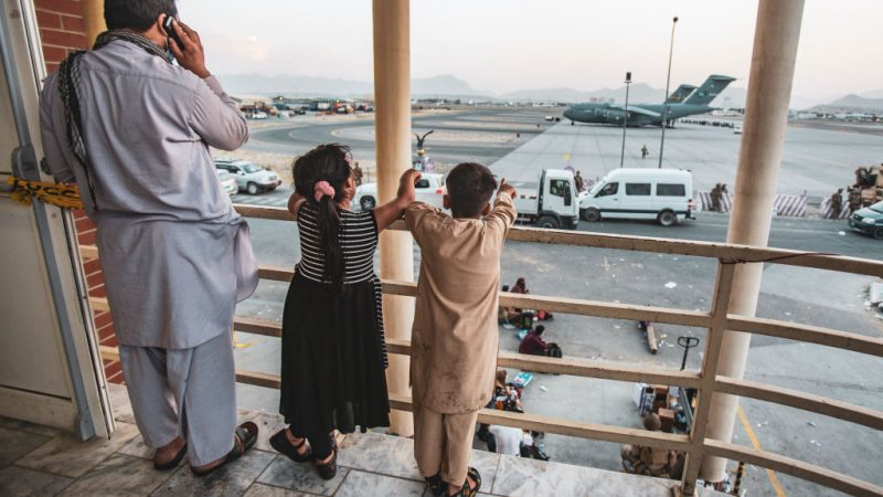 Дети показывают на самолёт в международном аэропорту имени Хамида Карзая в Кабуле, Афганистан, 21 августа. 1stLt. Mark Andries / U.S. Marine Corps via Getty Images | Epoch Times Россия