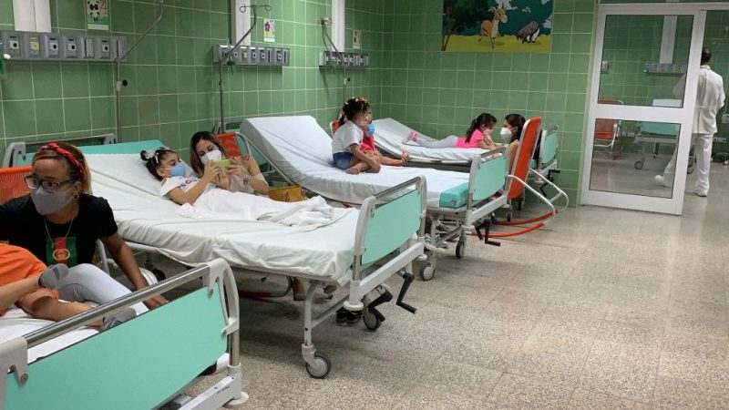 Дети находятся под наблюдением после вакцинации против COVID-19 кубинской вакциной Soberana Plus 24 августа 2021 года в больнице Хуана Мануэля Маркеса в Гаване в рамках исследования вакцины у детей и подростков. Photo by ADALBERTO ROQUE/AFP via Getty Images | Epoch Times Россия