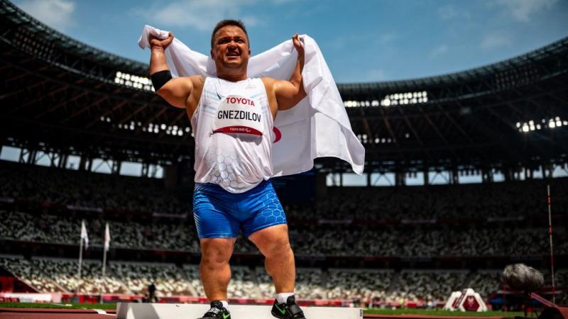 Денис Гнездилов — золотой призёр Паралимпиады в Токио-2020 на Олимпийском стадионе в Токио 29 августа 2021 года, выиграл золото в толкании ядра среди мужчин. (Фото PHILIP FONG / AFP) через Getty Images)   Epoch Times Россия