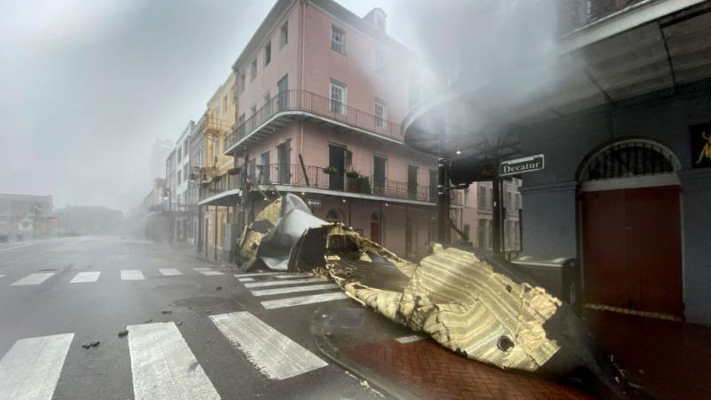 Часть крыши здания снесло ветром во французском квартале Нового Орлеана, штат Луизиана, 29 августа 2021 года во время урагана «Ида». PATRICK T. FALLON/AFP via Getty Images | Epoch Times Россия