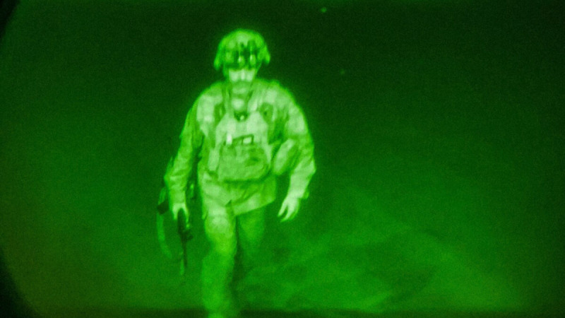 Генерал-майор армии США Крис Донахью, командир 82-й воздушно-десантной дивизии XVIII воздушно-десантного корпуса, входит на борт грузового самолёта C-17 в международном аэропорту имени Хамида Карзая 30 августа 2021 года в Кабуле, Афганистан. (U.S. Central Command via Getty Images)  | Epoch Times Россия