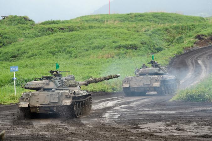 Танки Тип-74 Сухопутных сил самообороны Японии (JGSDF) движутся во время учений с боевой стрельбой на полигоне JGSDF в районе маневров Восточная Фудзи 22 мая 2021 года в Готемба, Сидзуока, Япония. (Akio Kon - Pool/Getty Images) | Epoch Times Россия
